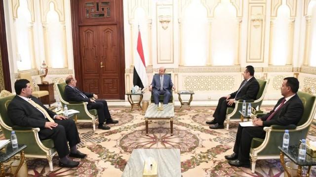 الرئيس هادي يعقد اجتماعا استثنائيا بنائبه ورئيس حكومته في ظل ضغوط دولية مكثفة