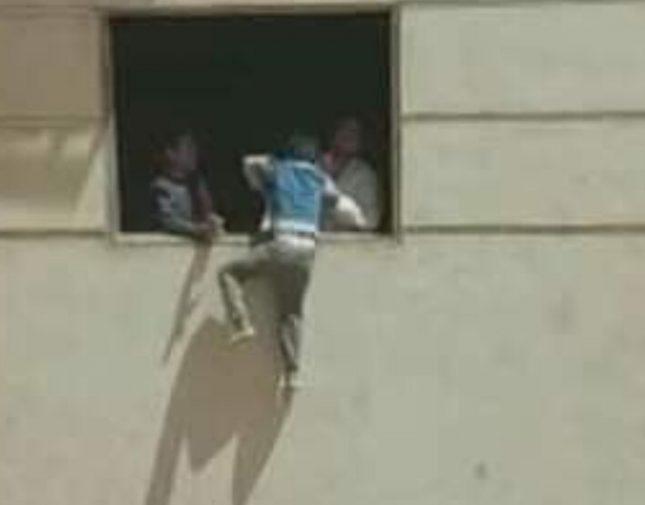 بالفيديو.. القبض على أب علق ابنه من الطابق الرابع في القاهرة وهذا ماقاله الأب ..!