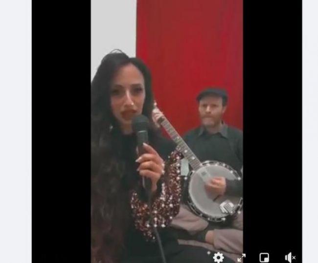 فنانة يهودية يمنية  تشارك في الاحتفال بالإغنية اليمنية باحد اقدم اغاني التراث الصنعاني !