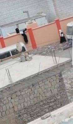 لاول مرة في اليمن .. بالصورة طالبات يتسلقن الاسوار للهروب من المدرسة !